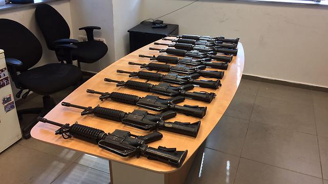 חלק מכלי הנשק שנתפסו (צילום: דוברות המשטרה) (צילום: דוברות המשטרה)