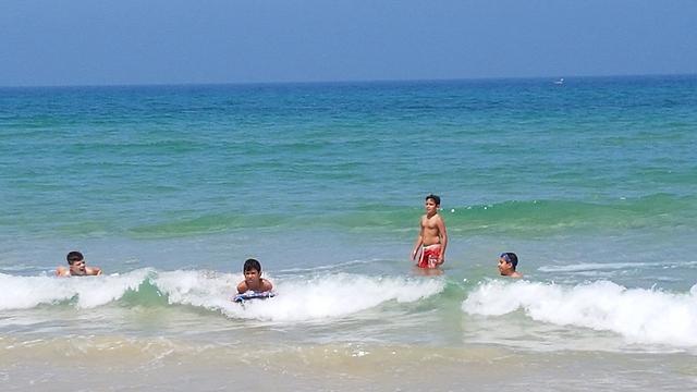 רוחצים בחוף השרון בהרצליה (צילום: עידו ארז) (צילום: עידו ארז)