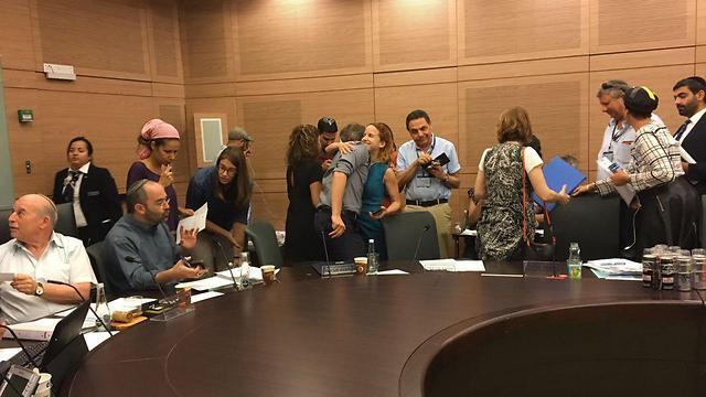 Авторы законопроекта обнимаются после решения комиссии
