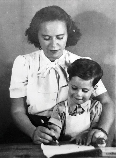 יוסי ואמו אסתר בתמונה נוספת שצילם אביו (צילום: אהרון קוגוס)