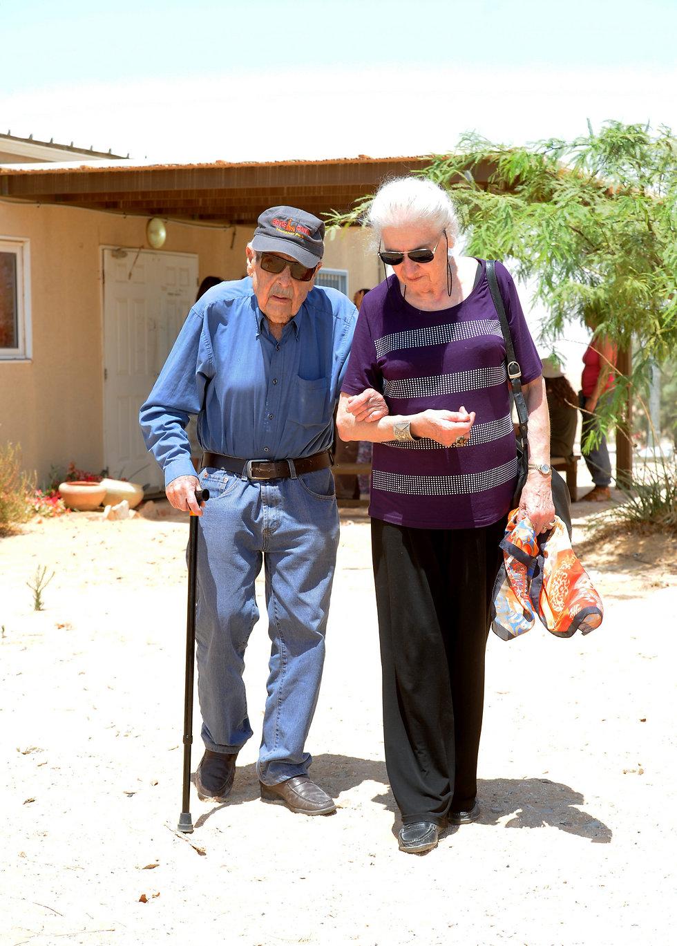 גורי ואשתו עליזה במסע בעקבות פלוגה ב' בחטיבת הנגב (צילום: חיים הורנשטיין) (צילום: חיים הורנשטיין)