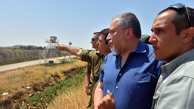 Lieberman at the northern border (Photo: Ariel Hermoni/Defense Ministry)