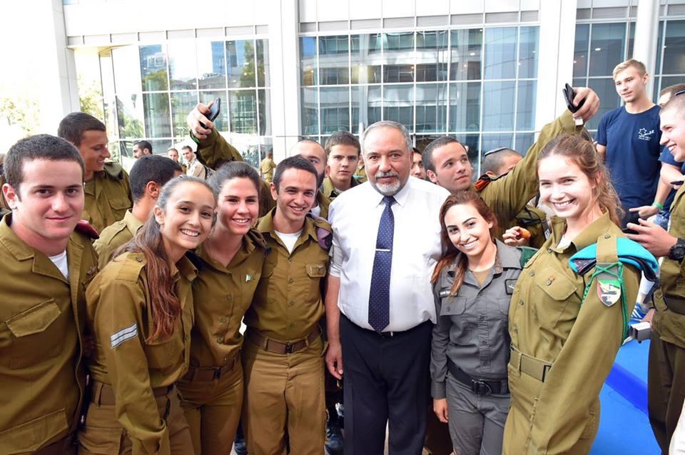 Министр обороны Авигдор Либерман с солдатами. Фото: Ариэль Хермони