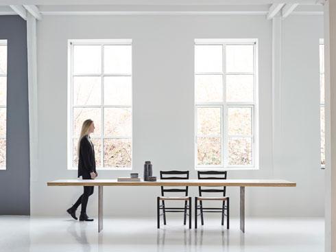 שולחן שאין שני לו. לוחות עץ טבעי מונחים על בסיס פלדה (עיצוב: dk3)