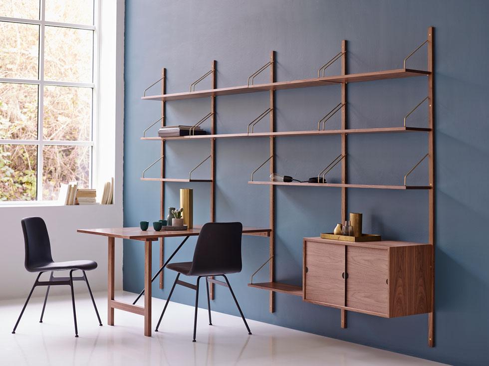 המדפים המודלריים של dk3 הם גרסה עכשווית של הרהיט הקלאסי, עטור הפרסים, של המעצב הדני פול קאדוביוס. השינוי היחידי הוא הפרזול הטרנדי (עיצוב: dk3)