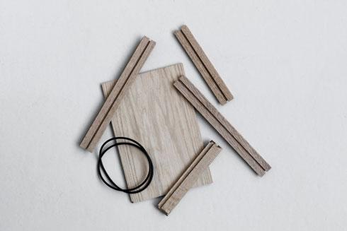 5 פיסות עץ וגומייה הופכים בקלות לאביזר שולחני לאחסון חפצים קטנים (עיצוב: moebe)