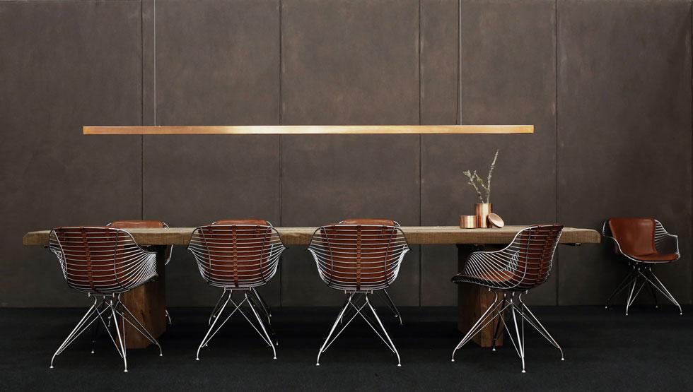 כסאות המתכת והעור של Overgaard & Dyrman מיוצרים בשילוב של עבודת יד ומכונות. האוצר הראשי של מוזיאון העיצוב הדני תמצת בפני עיתונאים: ''אמריקאים מעצבים ביזנס, גרמנים מעצבים מדע, איטלקים מעצבים אמנות וסקנדינבים מעצבים מלאכה'' (עיצוב: Overgaard & Dyrman)