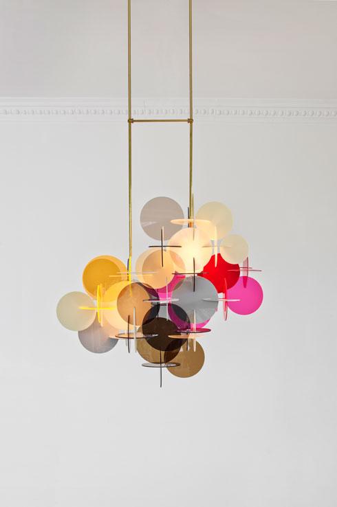 דיסקים צבעוניים יוצרים קומפוזיציה גרפית. מוטות הפליז מעניקים יציבות (עיצוב: Vibeke Fonnesberg Schmidt)
