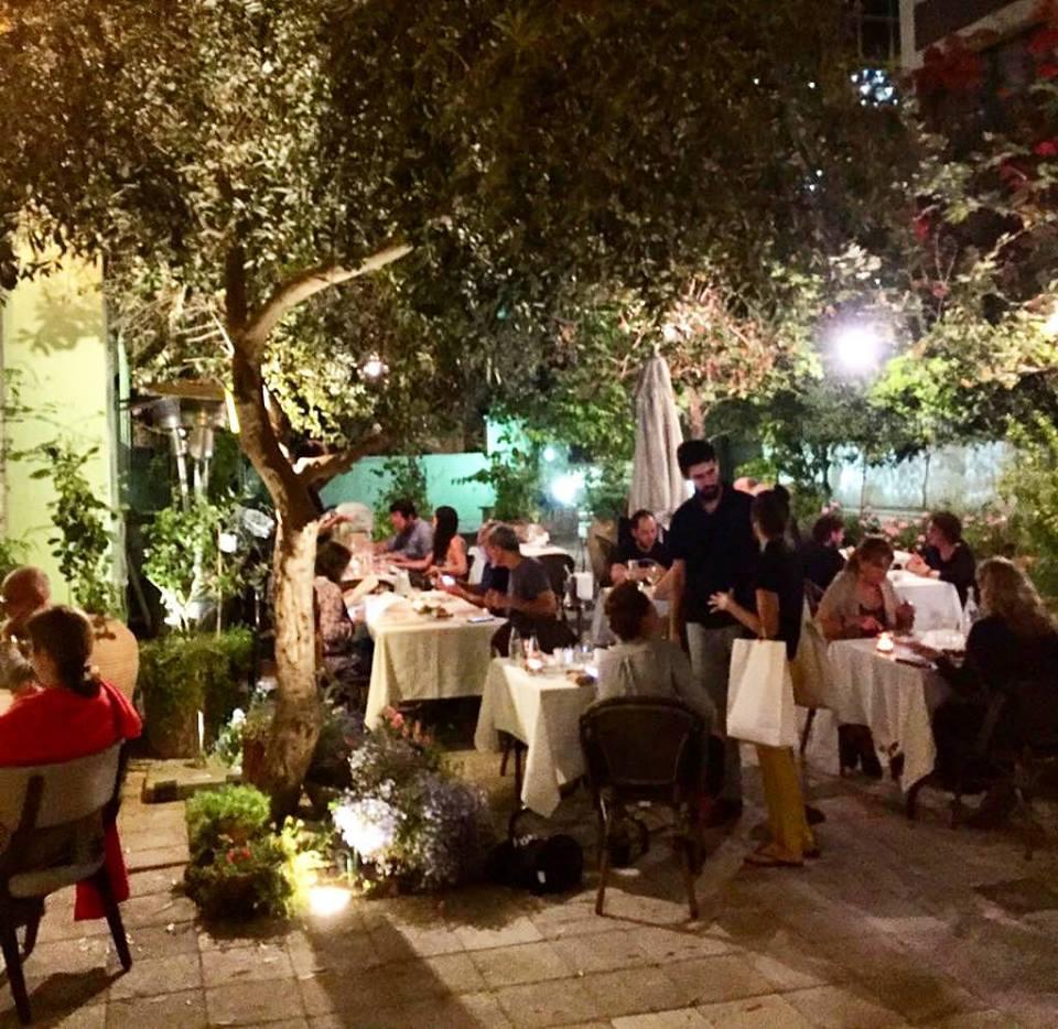 """החצר של מסעדת """"מאייר"""" (צילום: יח""""צ)"""