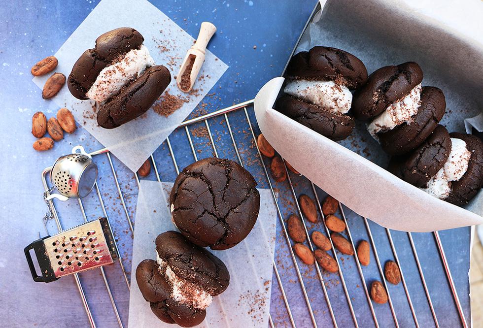 עוגיות סנדביץ' שוקולד, חלבה ופיסטוק ללא קמח (צילום: הודליה כצמן Bake Care)