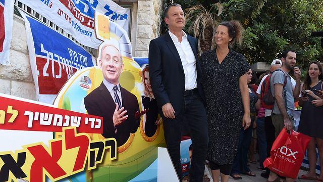 אראל מרגלית ורעייתו דבי מצביעים בירושלים ()