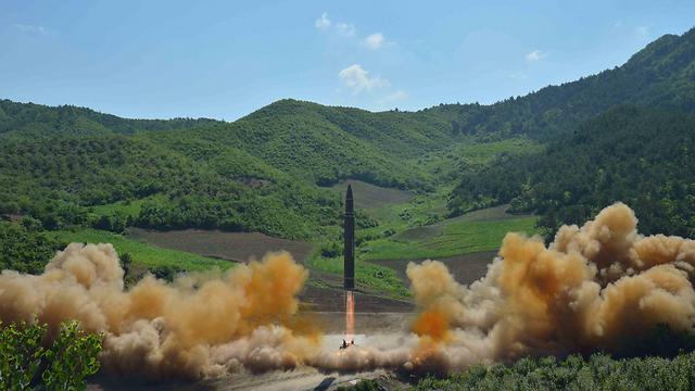 תיעוד ניסוי הטיל הבין-יבשתי שפרסמה צפון קוריאה (צילום: רויטרס) (צילום: רויטרס)