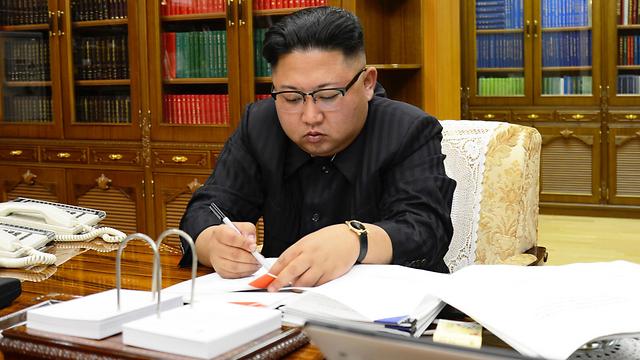 בחן את תוכניות התקיפה. קים ג'ונג און (צילום: רויטרס)