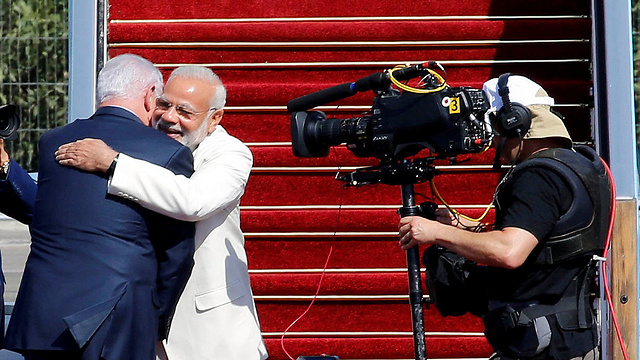 PM Netanyahu (L) embracing his Indian counterpart Modi during the latter's historic visit to Israel this past July (Photo: Reuters)