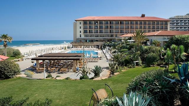 המבנה המפורסם על חוף ימ של הרצליה: מלון דן אכדיה (מתוך ארכיון מלונות דן)
