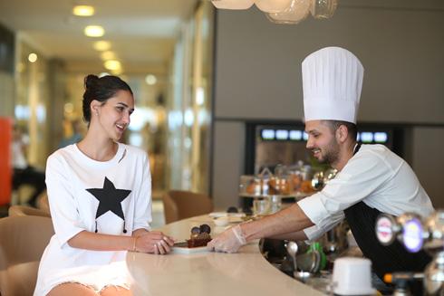 פינוק אחרי הצילומים. רתם רבי במלון הילטון בתל אביב (צילום: תומריקו)