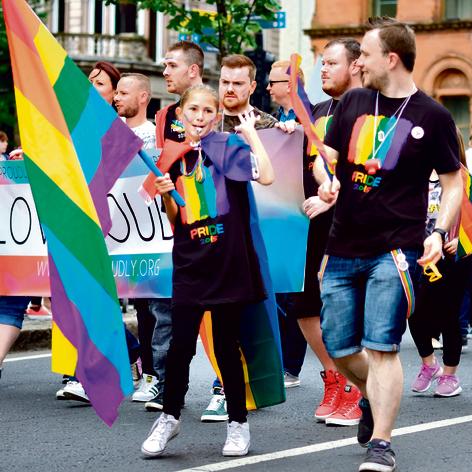 """מפגינים באירלנד למען זכויות להט""""ב"""