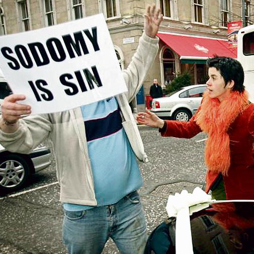 """מפגין אנטי־להט""""בי מתעמת עם פעילה. רק ב־1993 אישרה המדינה אי־הפללה של יחסים בין בני אותו מין"""