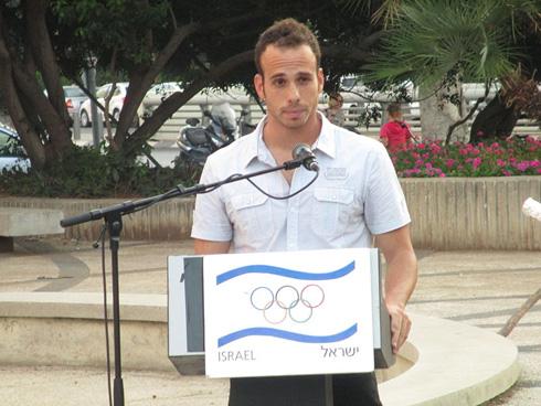 צ'מה בטקס שנערך ב-2013 לזכר קורבנות האסון באולימפיאדת מינכן, שבו נבחר לשאת דברים בשם הספורטאים הישראלים (צילום: הוועד האולימפי בישראל)