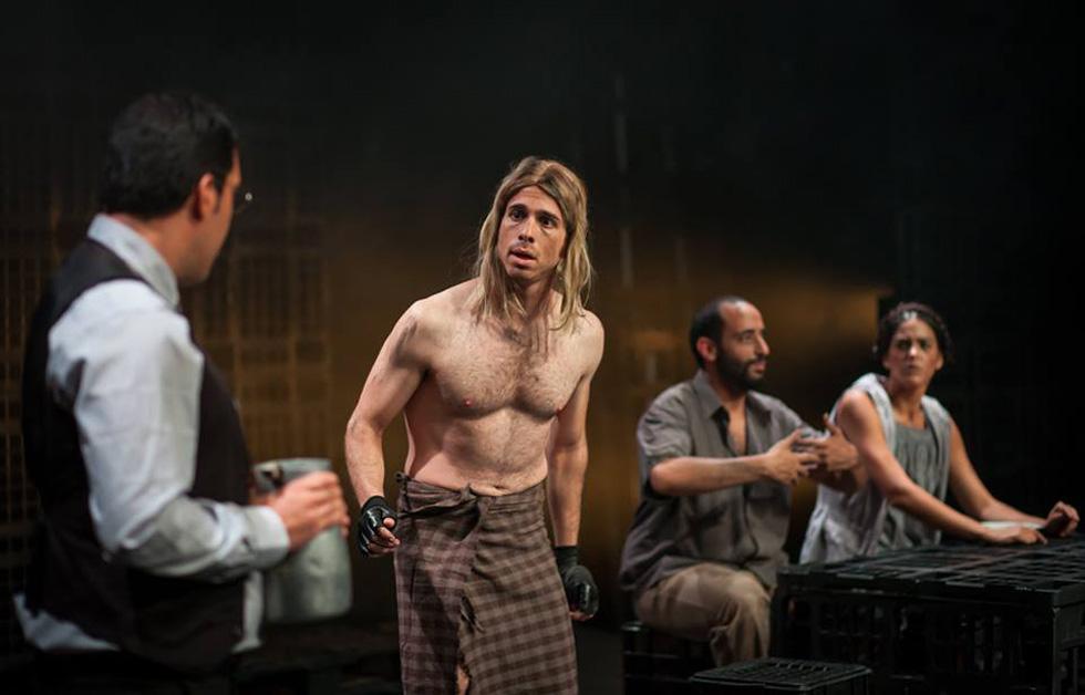 """צ'מה בהצגה """"הניצוד"""" שהועלתה בבית ספר גודמן. למטה: שיאי הקריירה שלו כשחיין (צילום: מעיין קוקי קאופמן)"""