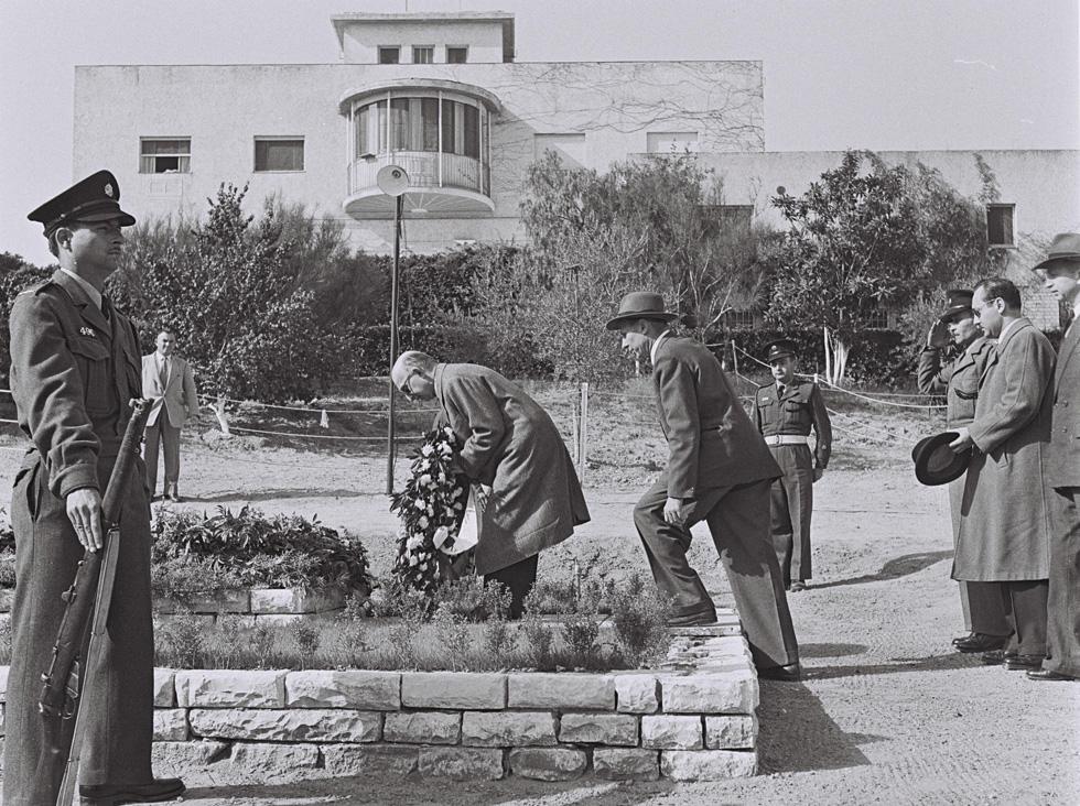"""חיים ויצמן הלך לעולמו ב-1952, כארבע שנים אחרי שמונה לנשיא המדינה, וורה הלכה לעולמה ב-1966. הם נקברו בגן הבית (צילום: COHEN FRITZ, לע""""מ)"""