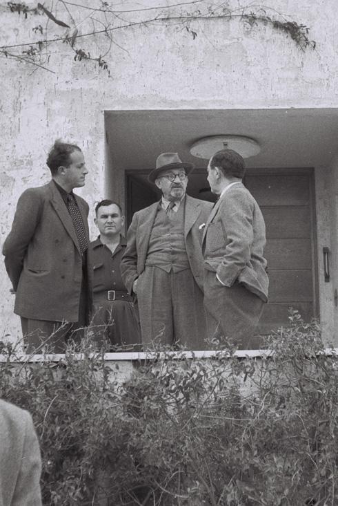 """הנשיא הראשון בפתח ביתו (צילום: MENDELSON HUGO, לע""""מ)"""