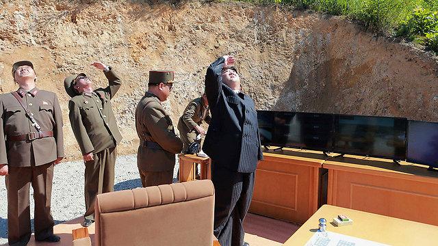 השליט קים ג'ונג און צופה בניסוי (צילום: רויטרס) (צילום: רויטרס)