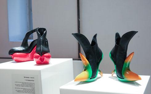 נעליים העוסקות בשאלות של חיזור. גל סובה (צילום: עודד אנדמן)