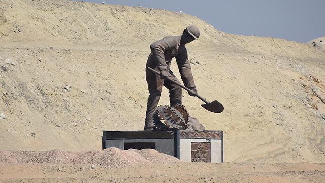 """אנדרטה לכבוד הפועלים המצרים שחפרו את """"התעלה החדשה"""" שיזם הגנרל א-סיסי במקביל לתעלת סואץ המקורית (צילום: אלי מנדלבאום)"""