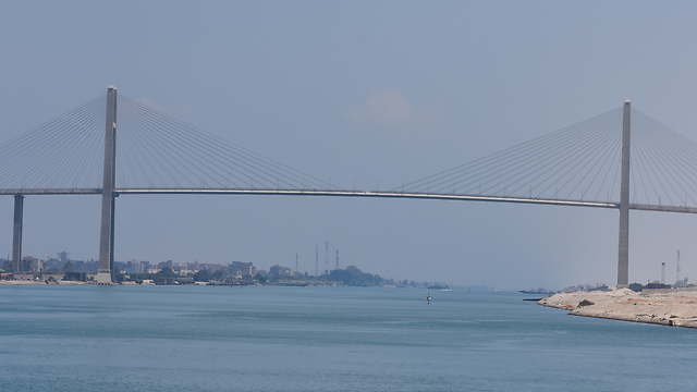 """""""גשר השלום"""" שבנו היפנים בקטע הצפוני של התעלה. אין עליו הרבה תנועה (צילום: אלי מנדלבאום)"""