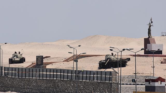 """אנדרטת """"מלחמת אוקטובר"""" שהקימה ממשלת מצרים כדי לציין את צליחת התעלה על ידי צבאה במלחמת יום הכיפורים. ליד האנדרטה שני טנקים ישראלים פגועים שנלקחו שלל (צילום: אלי מנדלבאום)"""