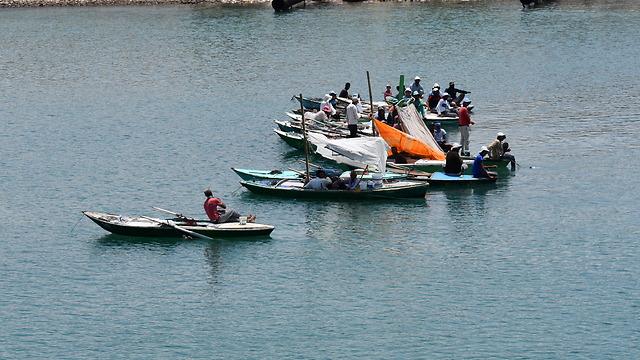 דייגים מצרים בתעלה מפנים דרך לשיירת הספינות (צילום: אלי מנדלבאום)