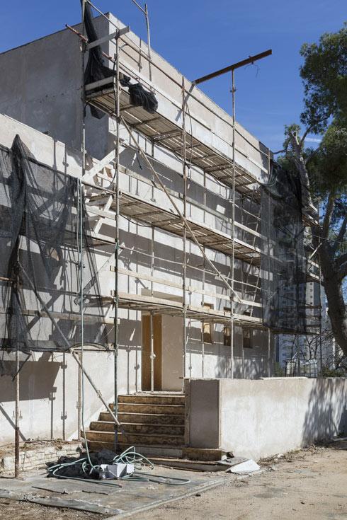 הכניסה לבית במהלך השיפוץ (צילום: מיקלה ברסטו)