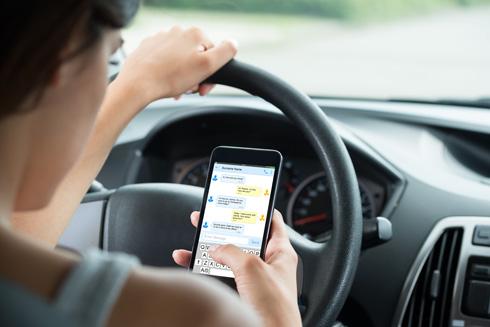 דרושה מגרעת בסביבת הנהג, שתוכל לשמש כמקום בטוח לסמארטפון בעת הנסיעה (צילום: Shutterstock)