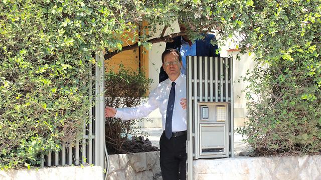 """ח""""כ הרצוג בביתו, אתמול. עוד לא הודיע על תמיכה במועמד כלשהו (צילום: דנה קופל) (צילום: דנה קופל)"""
