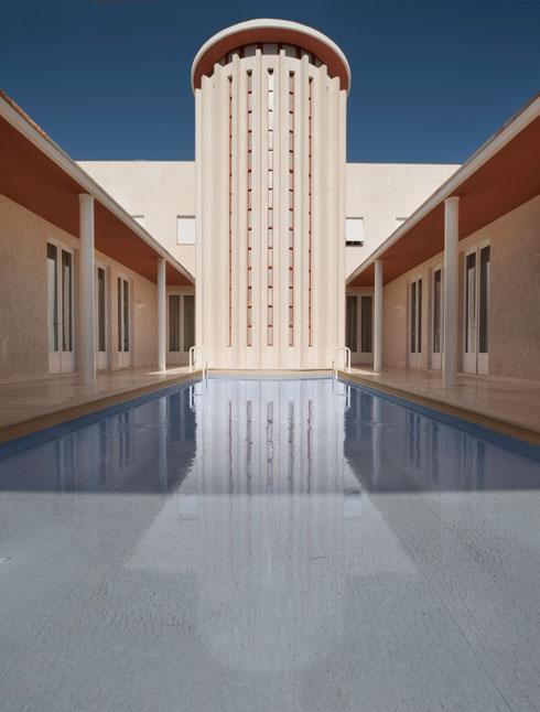 מגדל המדרגות חוצה את הבית באופן סימטרי, ומטיל צל על הבריכה - שניהם זהים באורכם (צילום: ליאור גרונדמן)