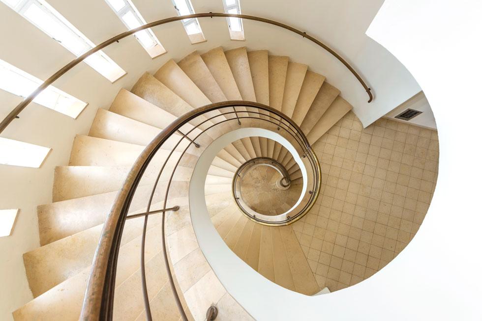 גרם המדרגות הספירלי במבט מהקומה העליונה. מלאכת מחשבת אדריכלית וביצוע מושלם בבנייה (צילום: ליאור גרונדמן)