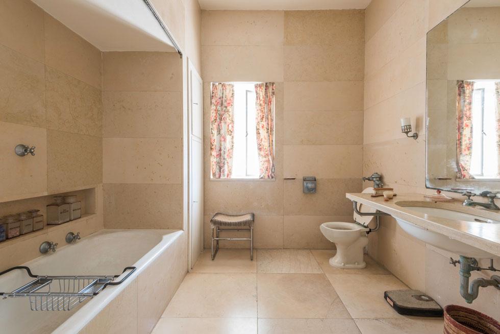 אחד מחדרי האמבטיה המרווחים, אך הצנועים, ששימשו את ורה וחיים ויצמן בקומה העליונה (צילום: ליאור גרונדמן)