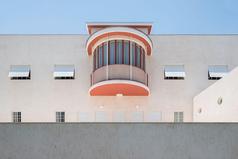 מהעבר השני נמצאת החזית המזרחית עם המרפסת המרחפת, שמזכירה את ספריית שוקן בירושלים (עוד פרויקט נודע של מנדלסון) (צילום: ליאור גרונדמן)