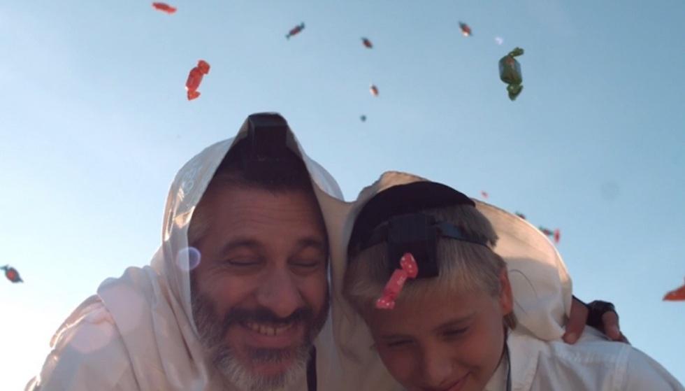 אביתר בנאי ובנו שמואל. מתוך הקליפ