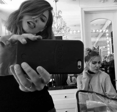 """""""אישור מקים תקף לכל המשפחה. ברגע שהיא התלהבה מהצמות, התחלתי לעצב את השיער גם לקלואי"""" (צילום: מתוך חשבון האינסטגרם justinemarjan@)"""