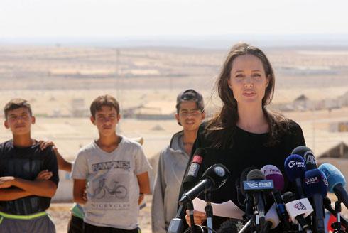 אנג'לינה ג'ולי במחנה של פליטים סורים בירדן, ספטמבר 2016 (צילום: Gettyimages)