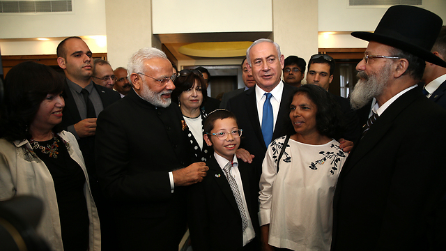 Modi and Netanyahu meet with Moshe Holtzberg (Photo: Ohad Zwigenberg)