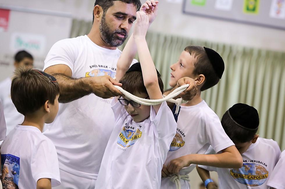 טקס הענקת החגורה: האלוף עם הילדים (צילום: אדי ישראל)