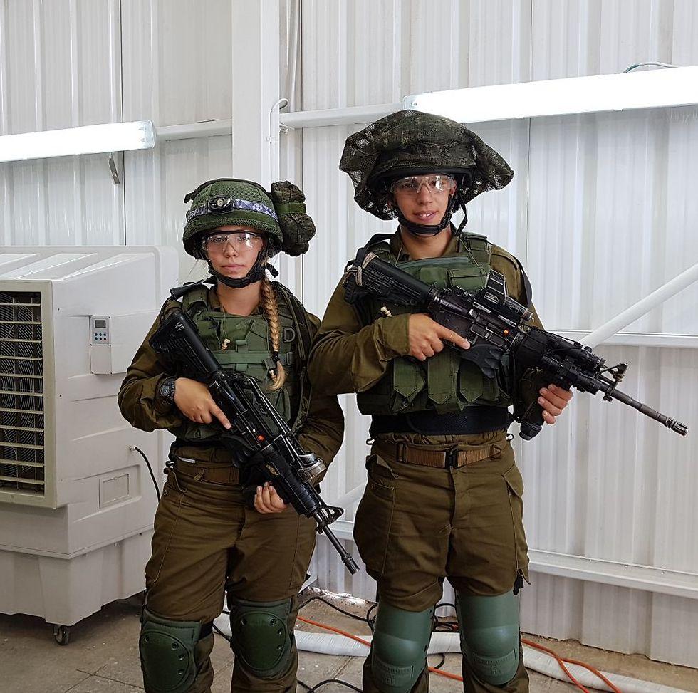 חייל וחיילת עם סט ציוד הלחימה החדש (צילום: יואב זיתון) (צילום: יואב זיתון)