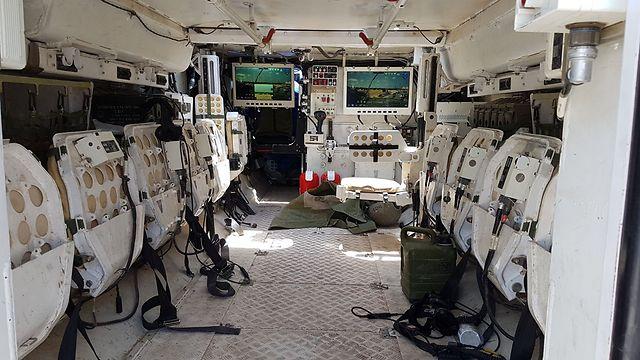 """תא הלוחמים בנגמ""""ש הגלגלי """"איתן"""" - ממוזג וממוגן (צילום: יואב זיתון) (צילום: יואב זיתון)"""