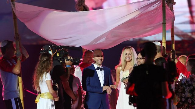 Avi and Rachel tie the knot (Photo: Oren Aharoni)