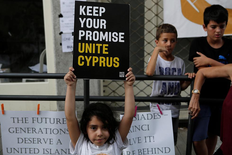 """""""מלאו את הבטחתם"""". מפגינה צעירה בעד איחוד קפריסין (צילום: AP)"""