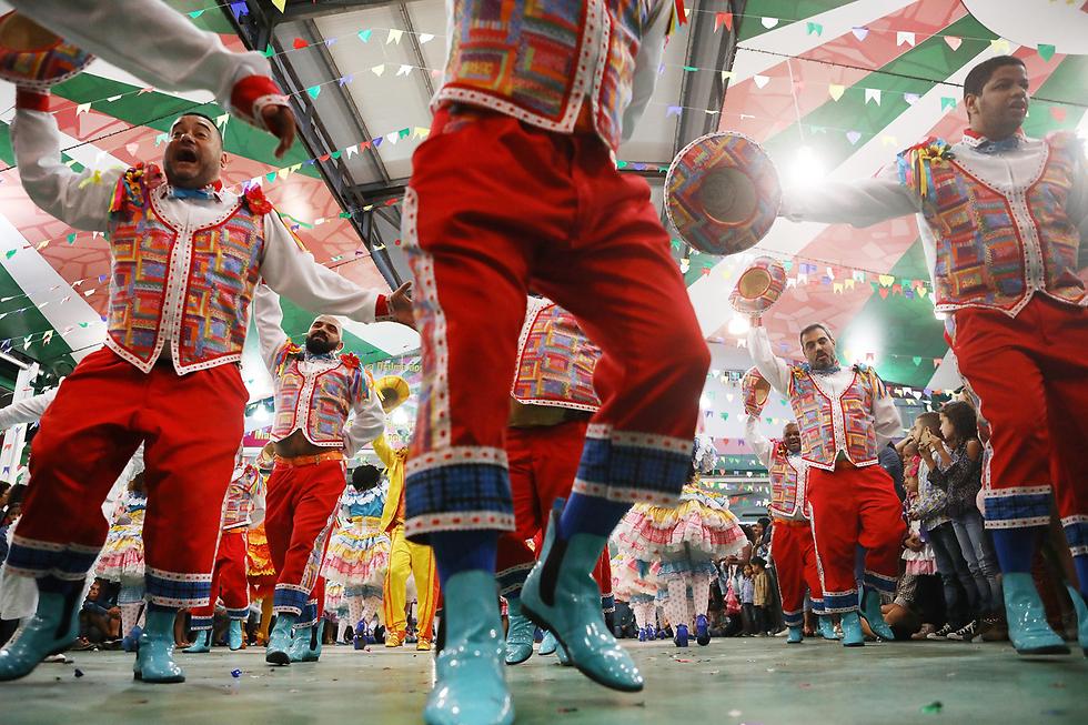 מסיבת סמבה ברזילאית בריו דה ז'ניירו במהלך חגיגות חודש יוני המסורתיות (צילום: gettyimages)