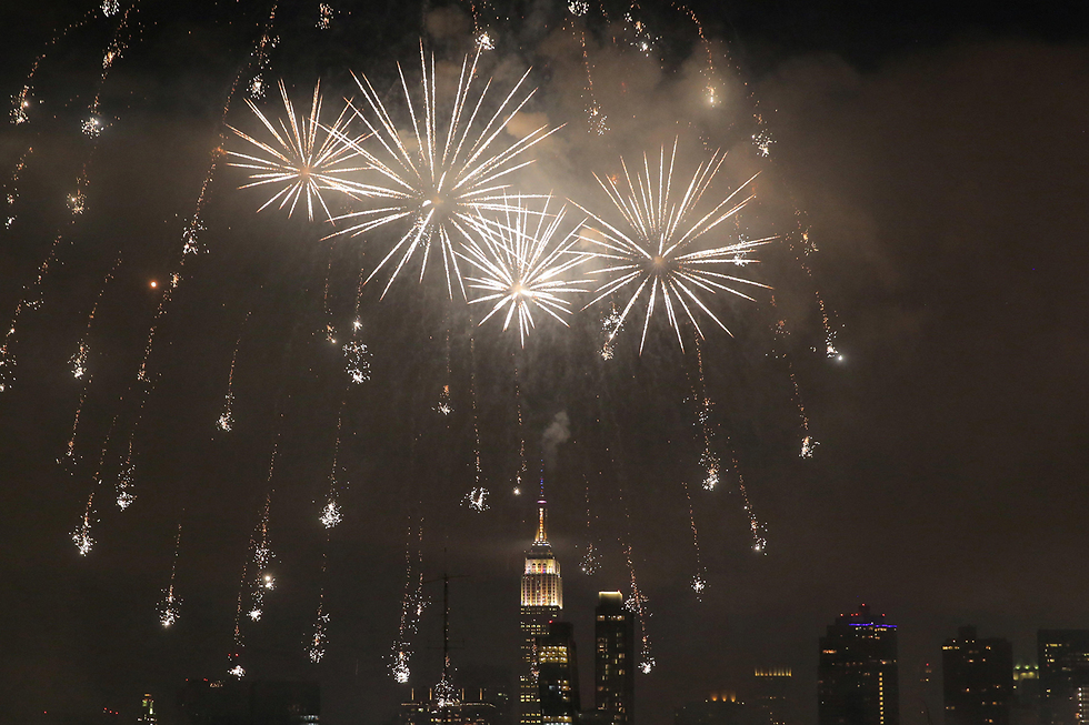 זיקוקי דינור מעל בניין אמפייר סטייט בניו יורק לרגל חגיגות יום העצמאות האמריקני (צילום: רויטרס)